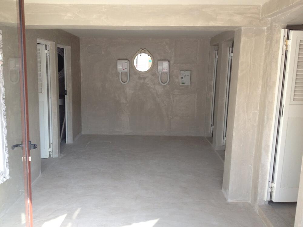 parete in microcemento in un bagno in costruzione