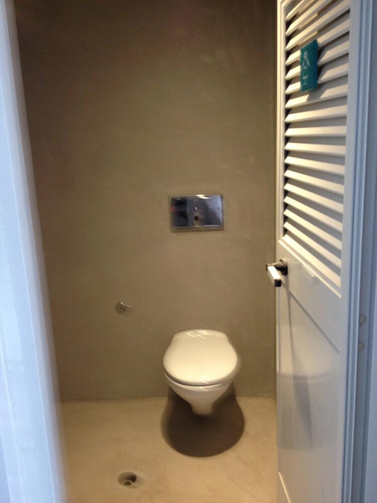 bagno con pavimento in microcemento e pareti in microcemento