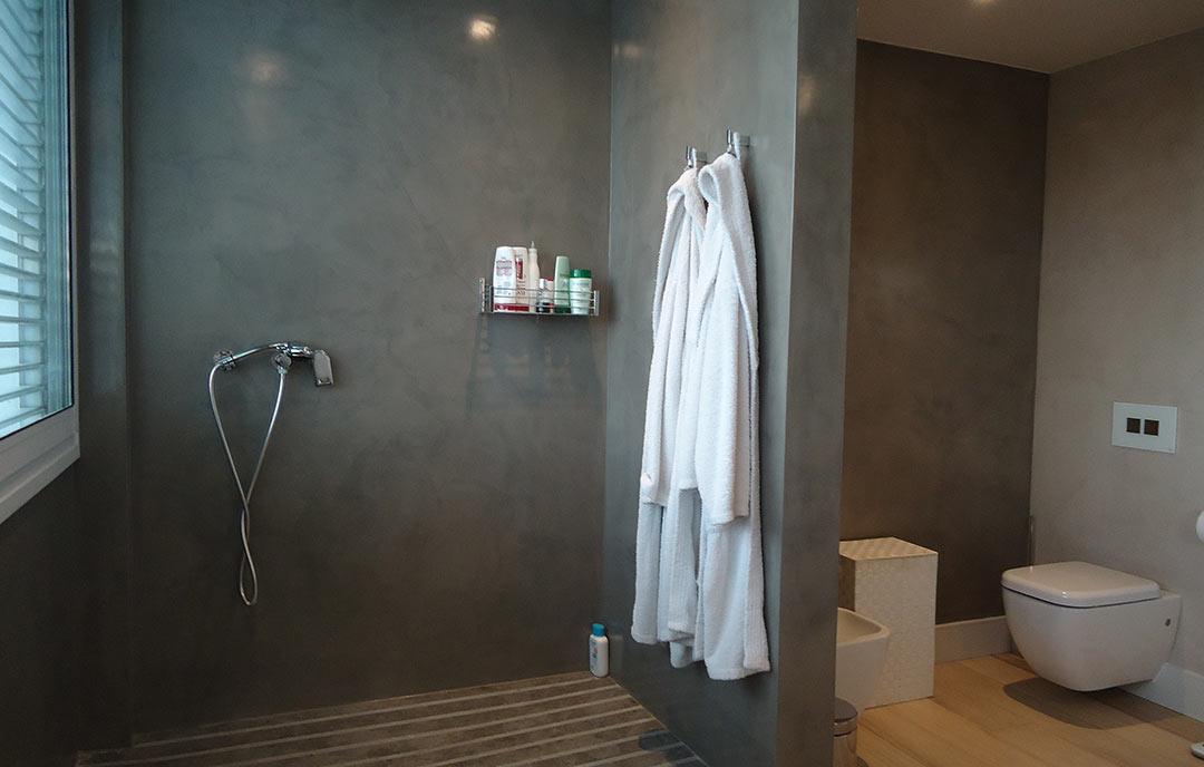microcemento griggio nel bagno