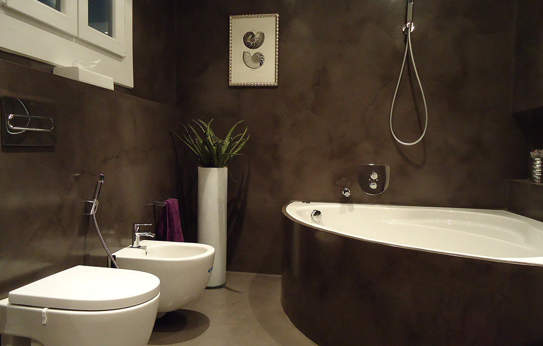 microcemento marrone nel bagno