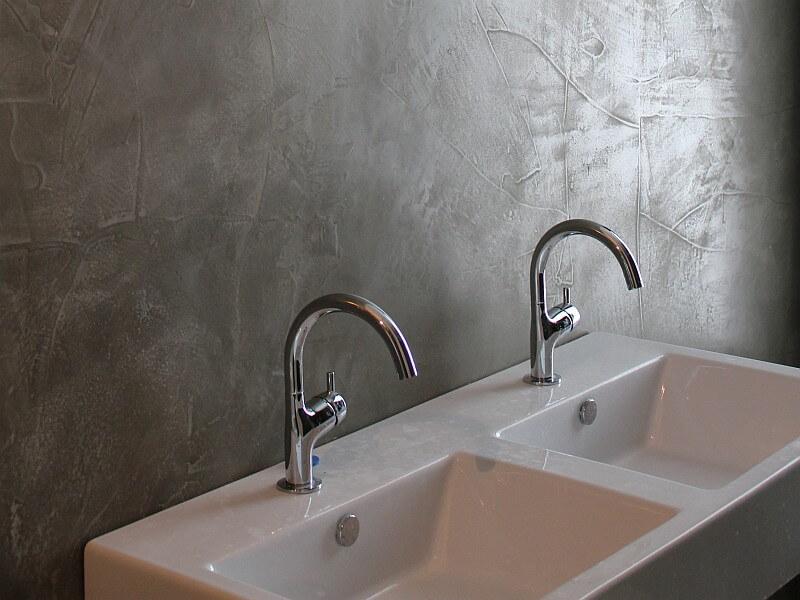 bagno griggio con microcemento