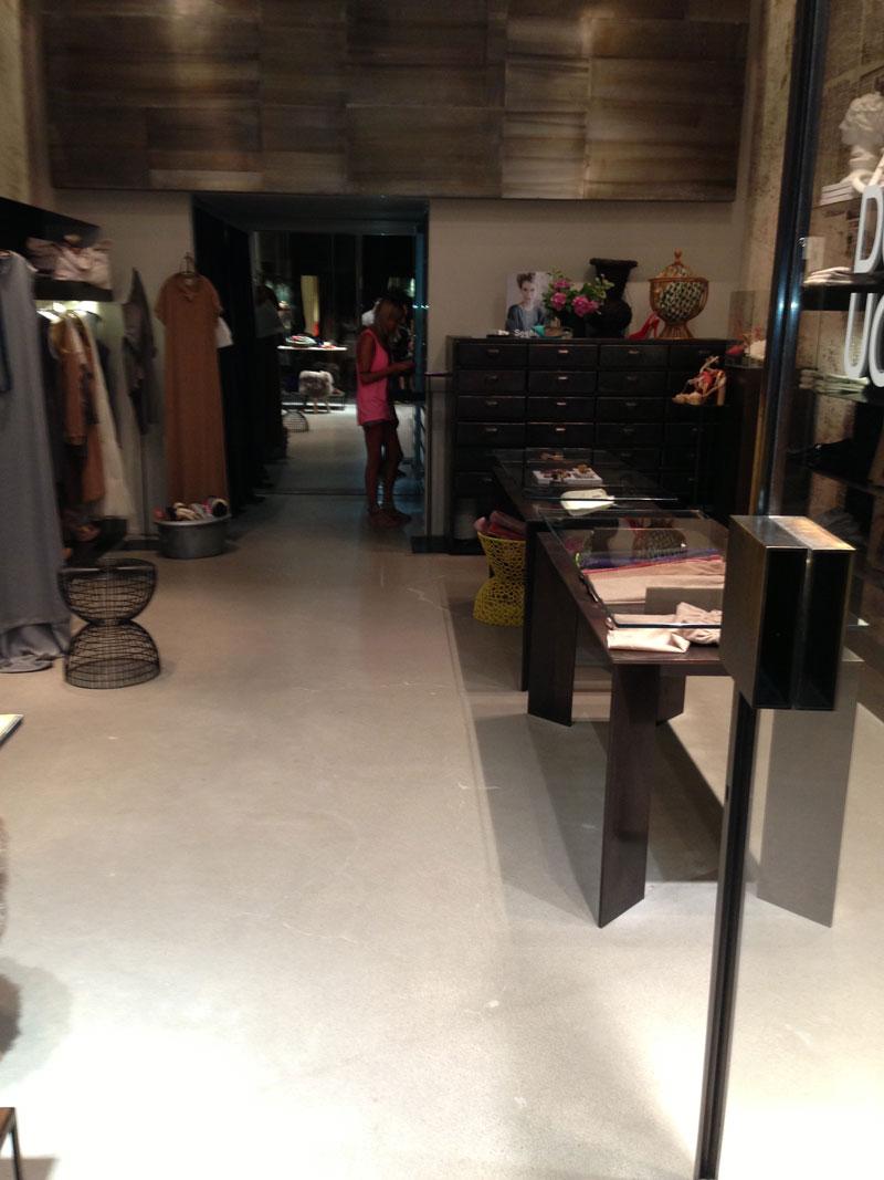 pavimento microcementato nel negozio a Milano
