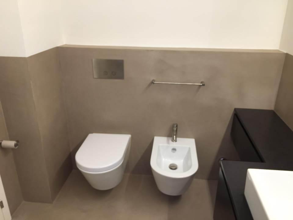 bagno con microcemento in colore grigio