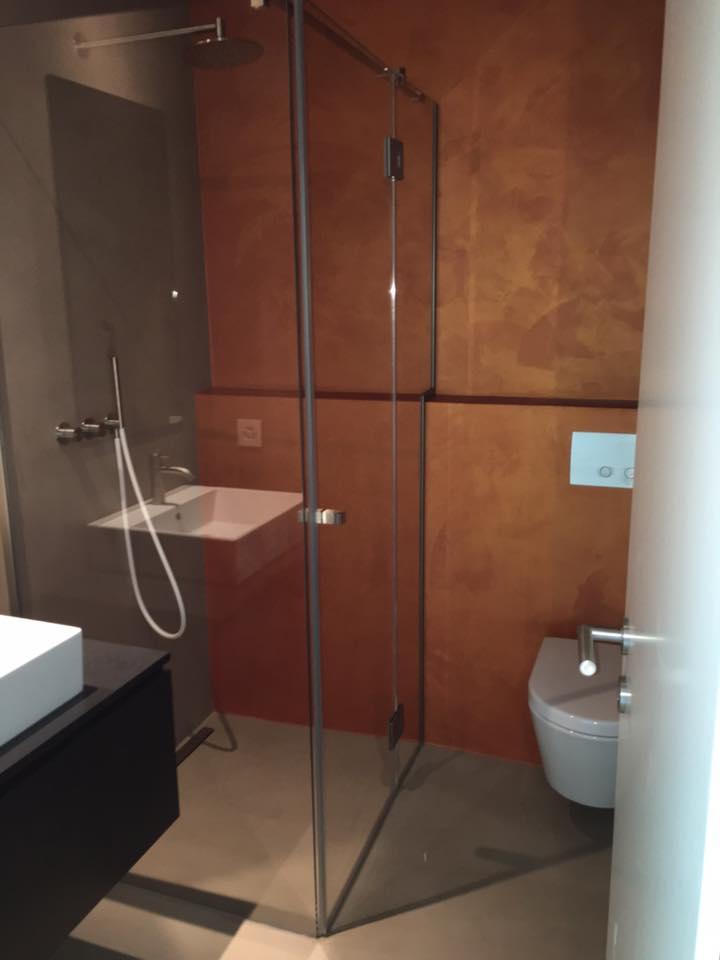 bagno moderno con pavimento in microcemento