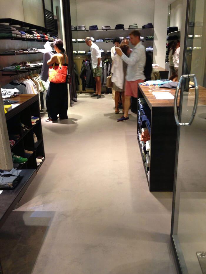negozio di abbigliamento con pavimento cementato
