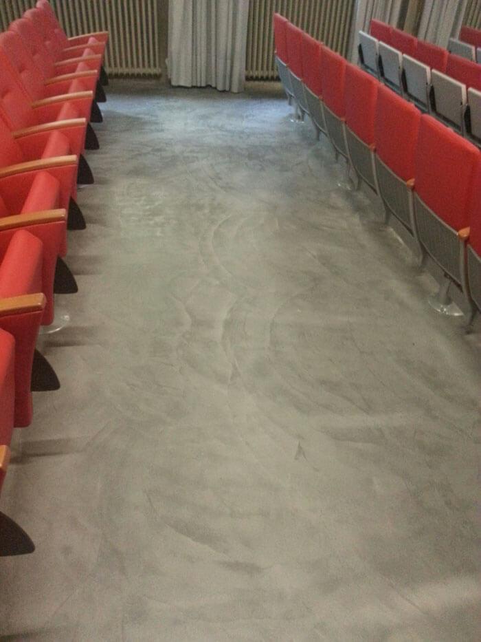 Teatro con pavimento cementato