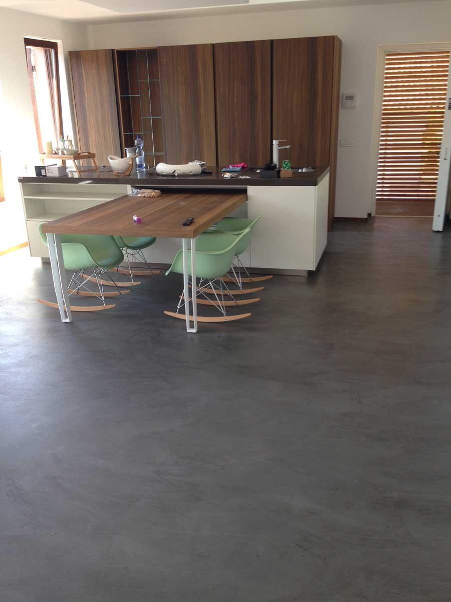 cucina con pavimenti in cemento
