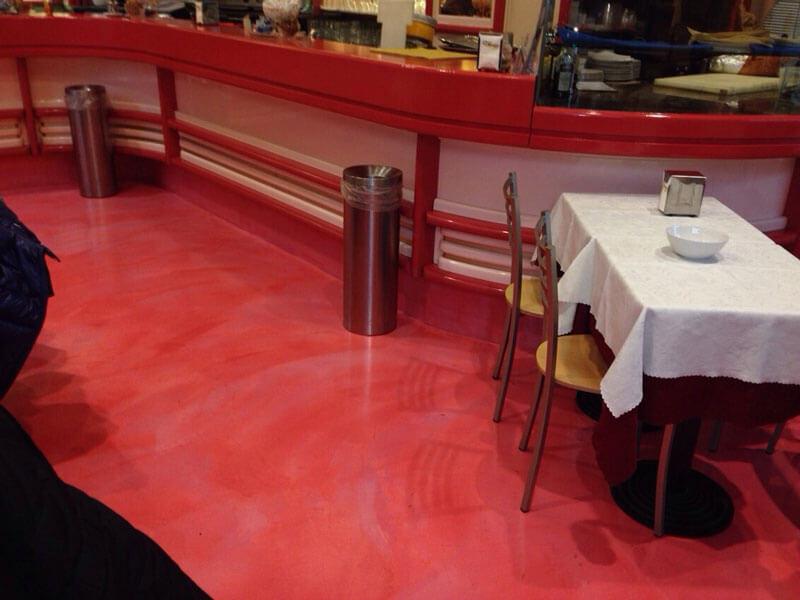 cemento colorato in rosso al ristorante