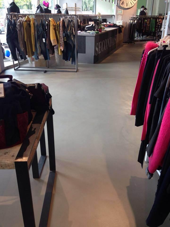 pavimento in cemento in negozio di vestiti