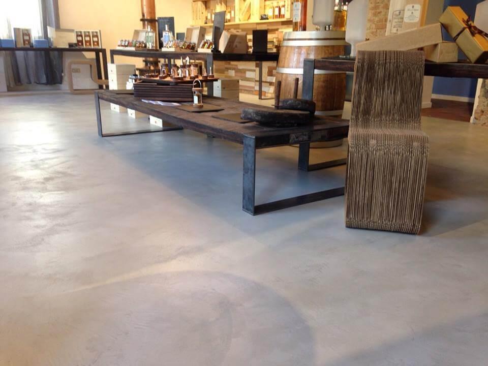 negozio con pavimento in cemento