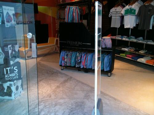 negozio moderno con pavimento cementato