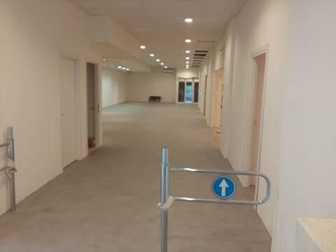 entrata in una sala con pavimento in cemento
