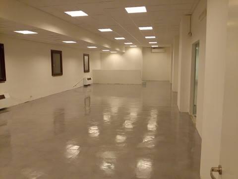 sala di esposizione con pavimento cementato