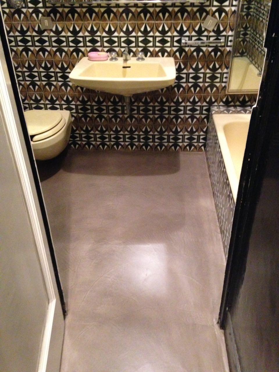 pavimento cemento colorato nel bagno