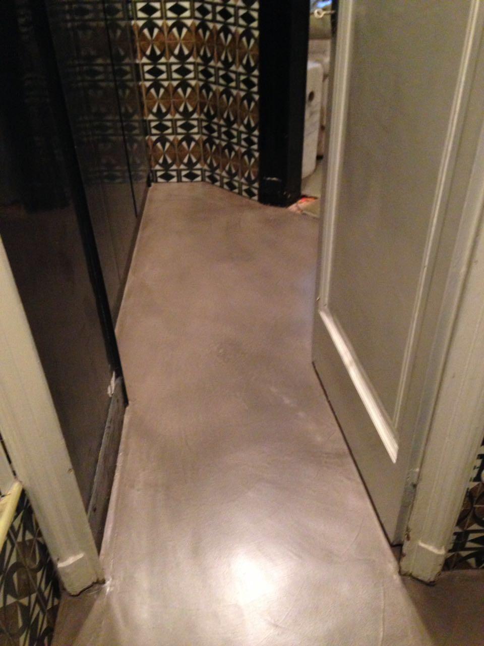 pavimento con cemento grigio nel bagno
