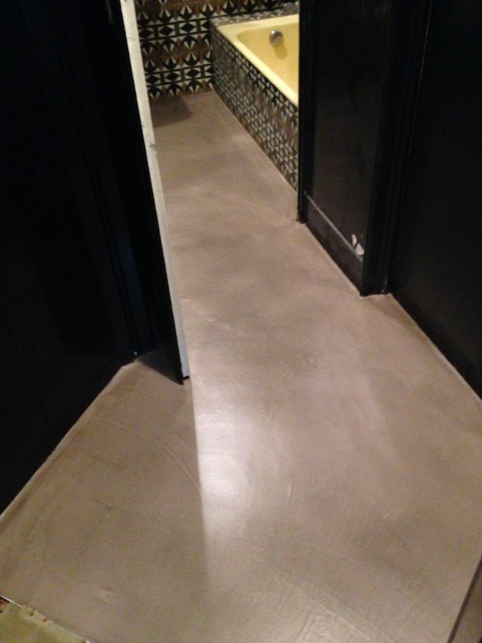 pavimento in cemento colorato in grigio